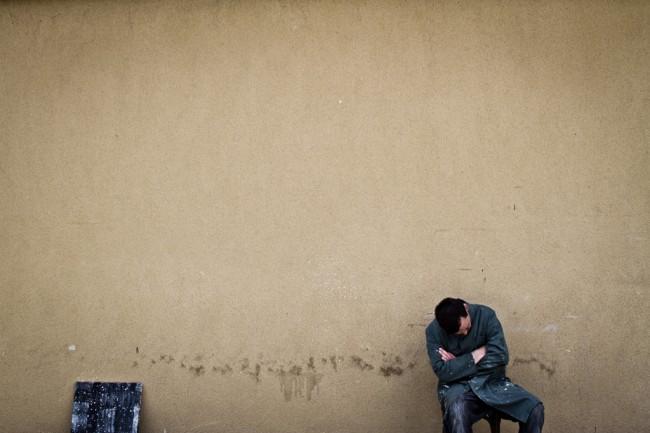 Mario Rossi dormido al lado de su pintura.